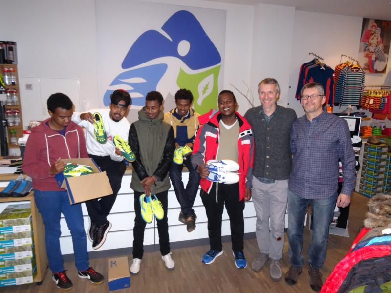Stefan Felixberger und Hans Ratzek von ampuls - Sport und Natur aus Haag unterstützen die Reichertsheimer Flüchtlinge