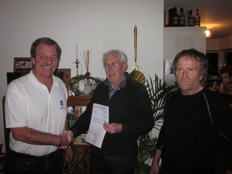 Unser Foto zeigt (von links): Kreisvorsitzender Bernd Schulz, Ehrenvorstand Karl-Heinz Rampl und Jugendleiter Josef Loipfinger.